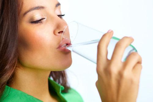Donna-beve-un-bicchiere-dacqua