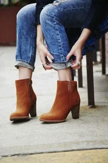 stivaletti-marroni-abbinati-a-jeans-con-risvolto